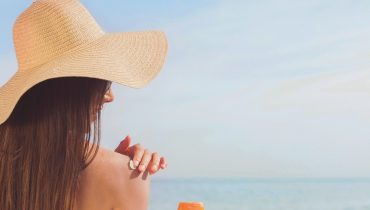 how to apply sunscreen to your own back